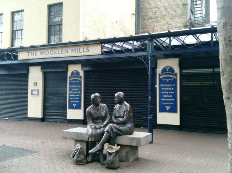 Statue of chatting women at the Woollen MIlls